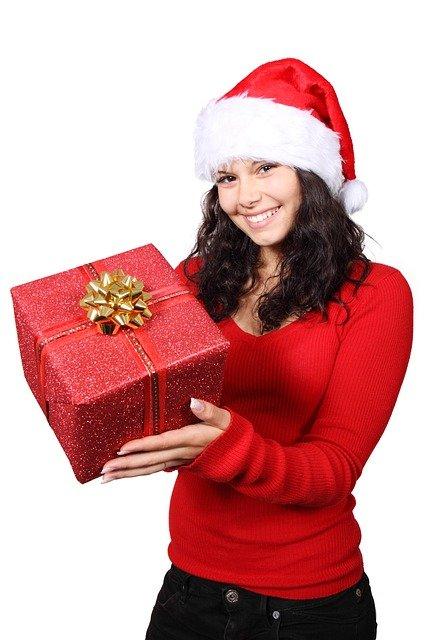 mujer navideña con regalo