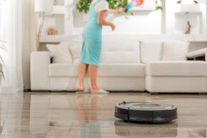 aspirador robot vs. mujer de limpieza vs. aspirador robotmujer de limpieza